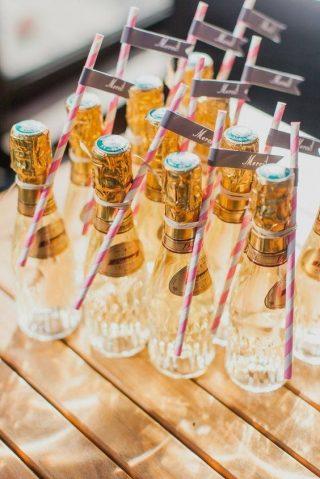 małe buteleczki z alkoholem na prezent dla gości weselnych