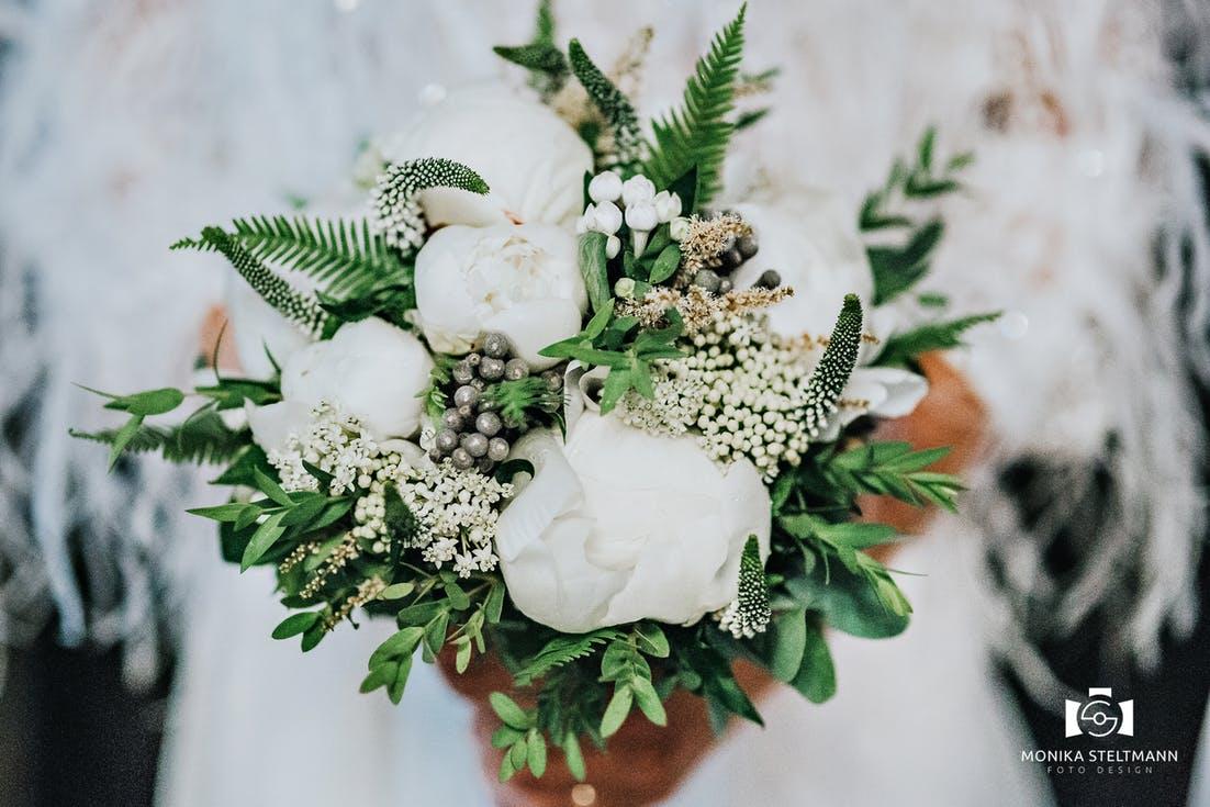 biały bukiet ślubny dla panny młodej