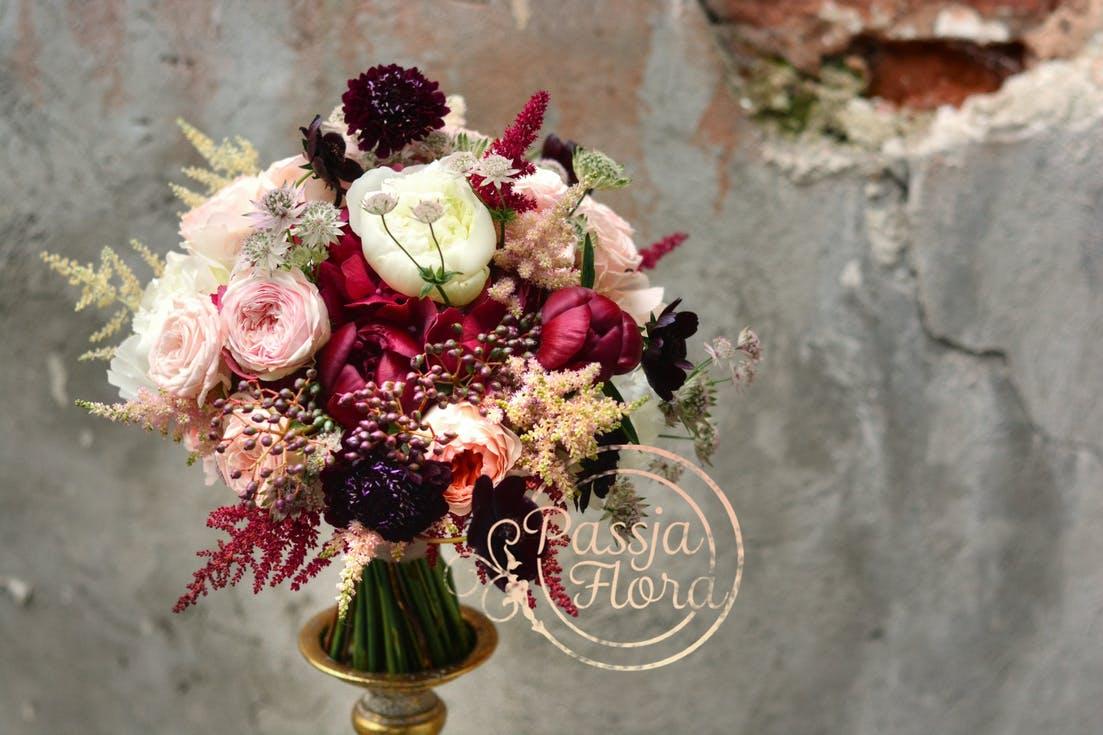 bukiet ślubny z bordowych kwiatów