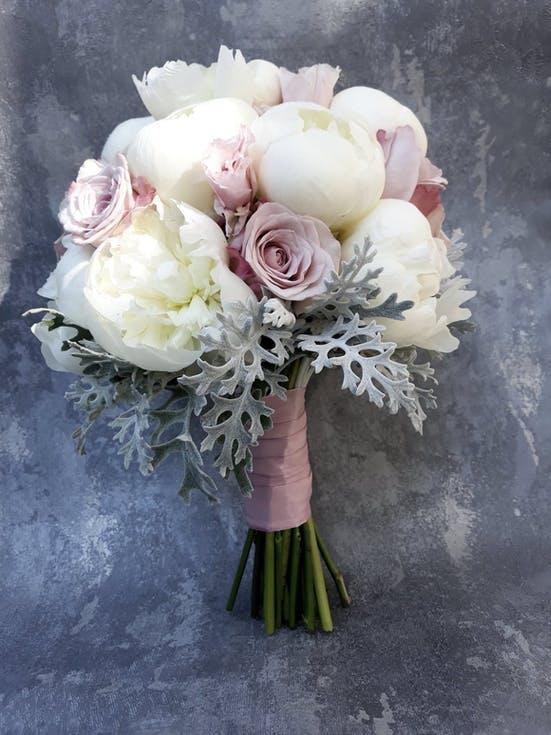 biały bukiet ślubny z piwonii