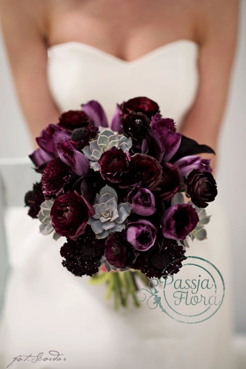 purpurowy bukiet ślubny z sukulentami