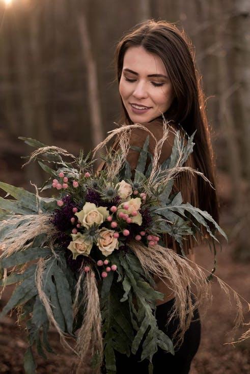bukiet ślubny z trawą