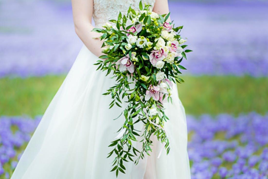 bukiet ślubny z wiszącymi liśćmi