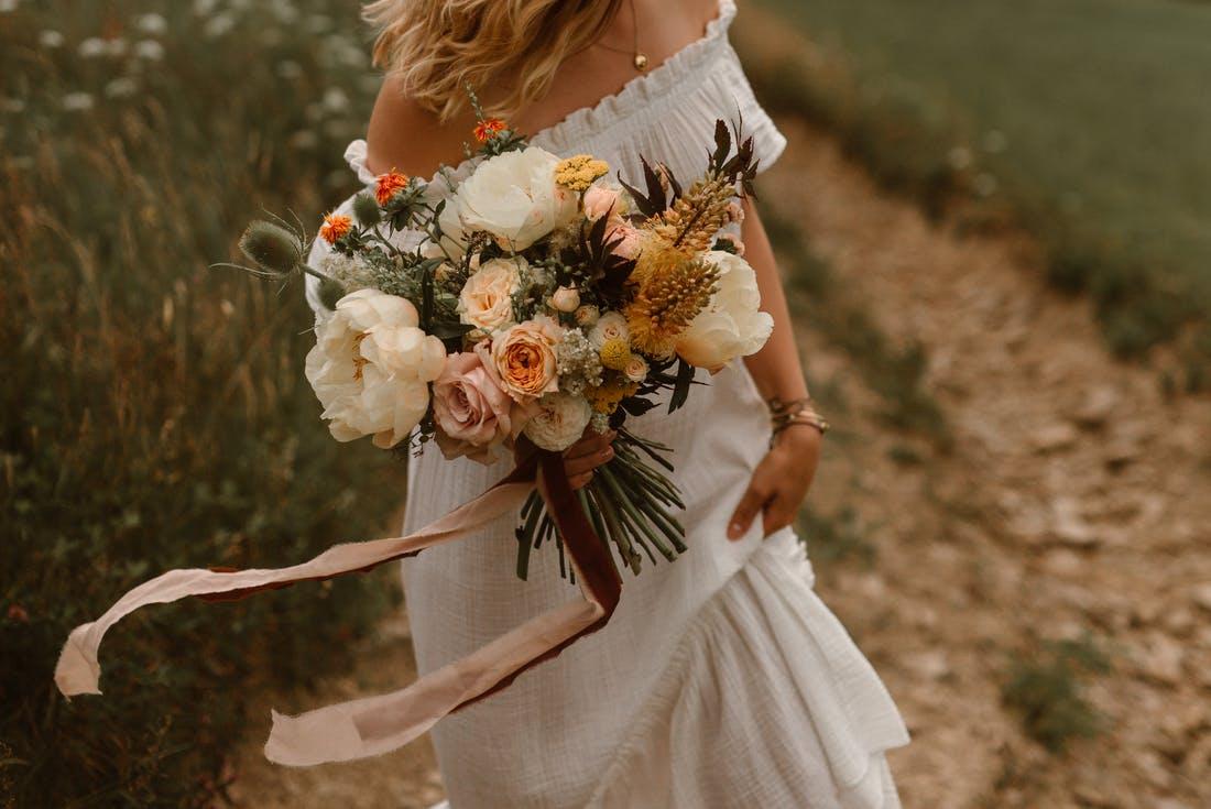 bukiet ślubny z wstążką