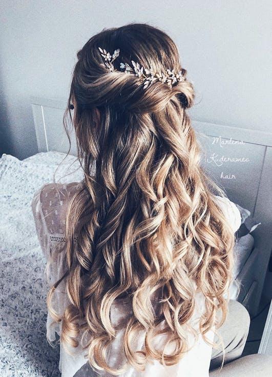 fryzury na wesele fale
