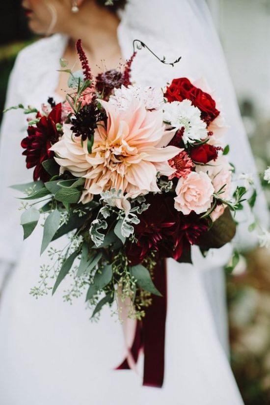Bordowe bukiety ślubne - zdjęcie