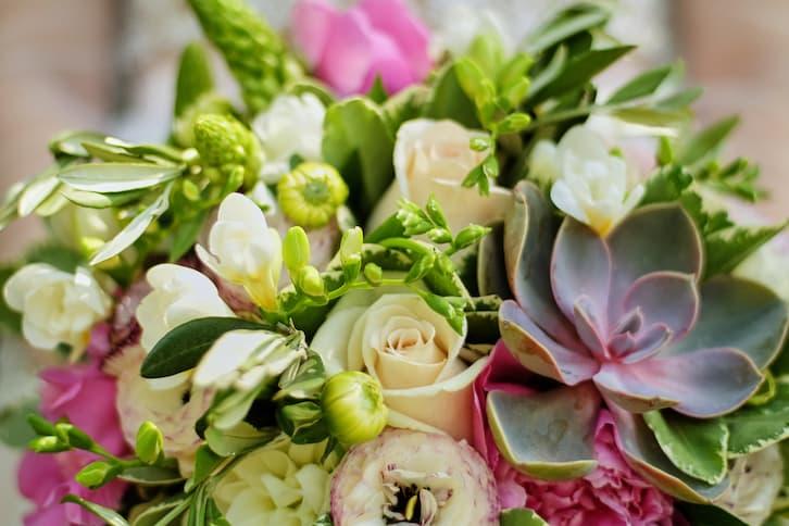 bukiet ślubny z sukulentami jak wypisać zaproszenia ślubne