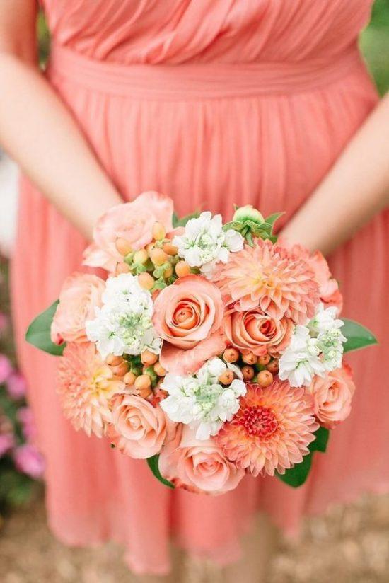 Wiązanka ślubna z koralowych kwiatów