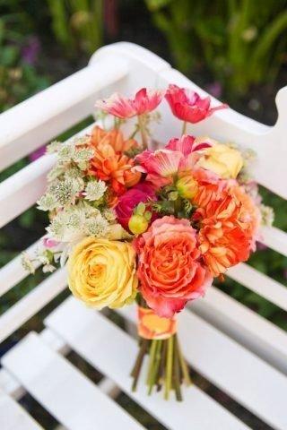 Bukiet ślubny z koralowych kwiatów