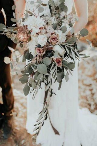 Bukiety ślubne z odstającymi elementami