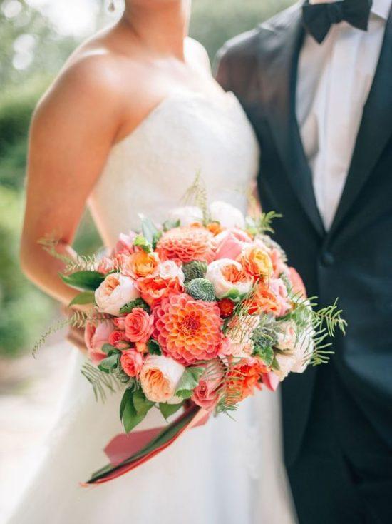 Bukiet ślubny z wyrazistych kwiatów