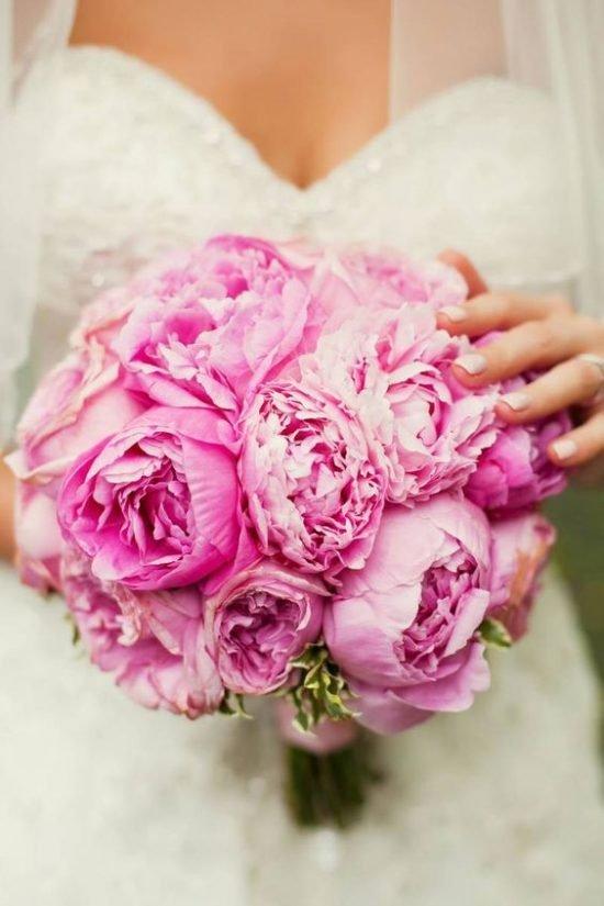Bukiet ślubny z różowymi piwoniami