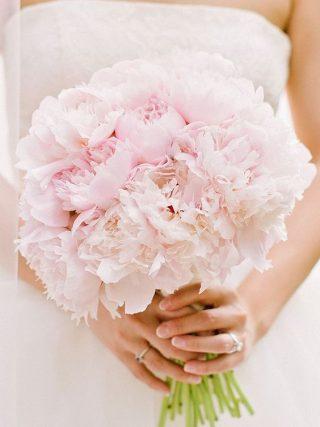 Bukiet ślubny z pastelowymi piwoniami