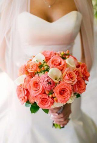 Bukiet ślubny z koralowych róż