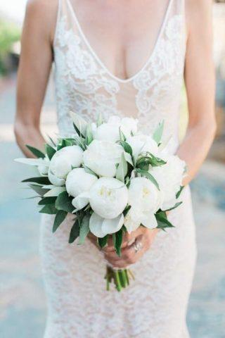 Bukiet ślubny z białym piwoniami