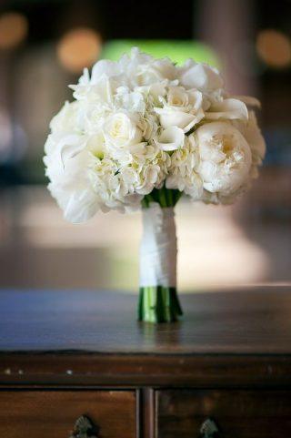 Bukiet ślubny z białych piwonii