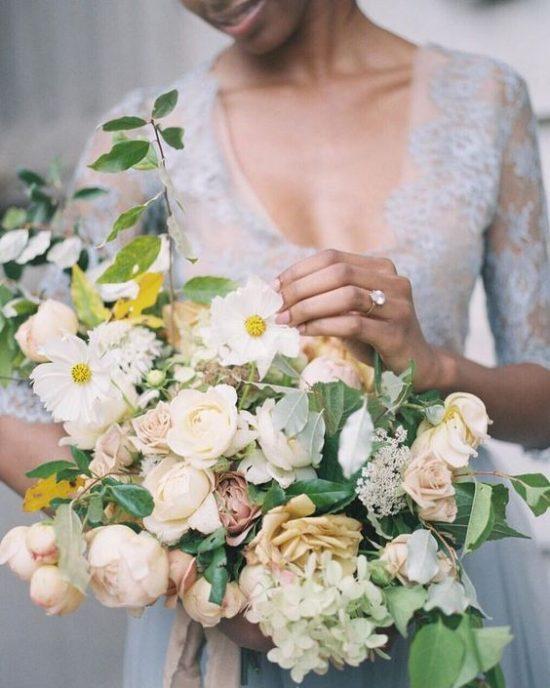 Bukiet ślubny z delikatnymi kwiatami
