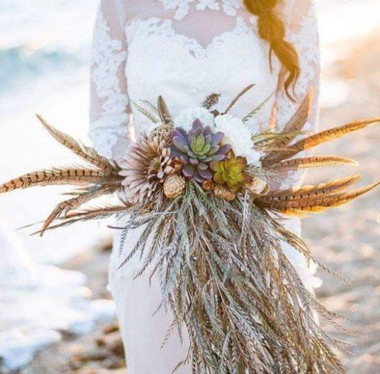 Bukiet ślubny z kolorowymi piórami
