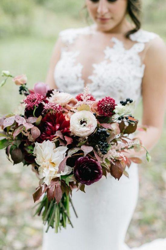Bukiet ślubny z bordowymi kwiatami