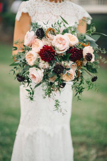 Bordo w bukiecie ślubnym