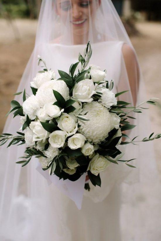 Wiązanka panny młodej z białych kwiatów