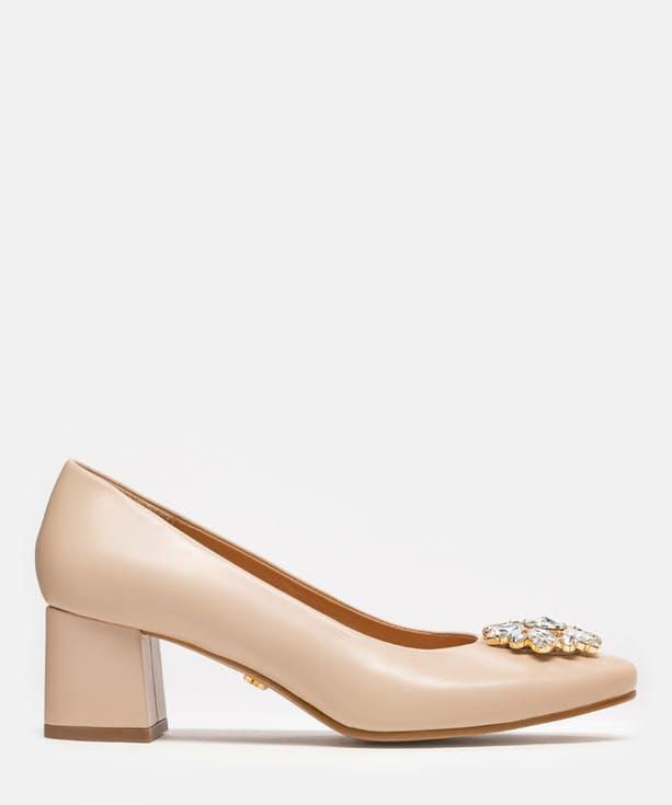 Buty ślubne na słupku