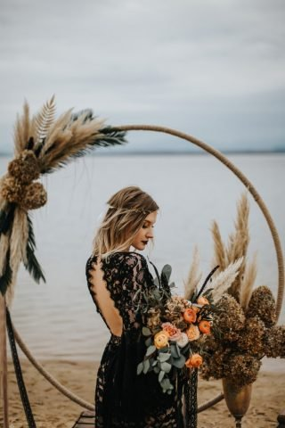Czarna suknia ślubna z odkrytymi plecami