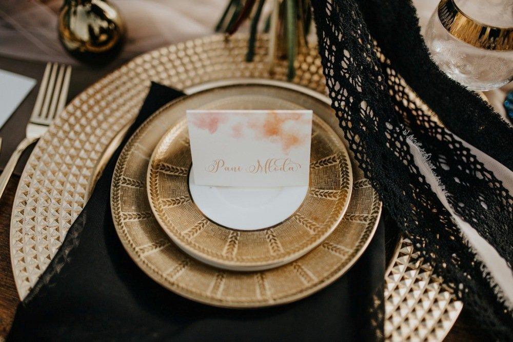 Czerń w dekoracjach ślubnych