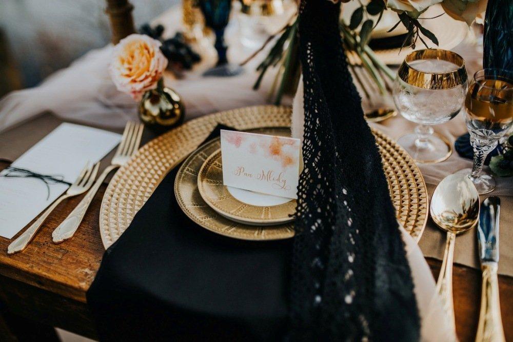 Czarna dekoracja stołu weselnego