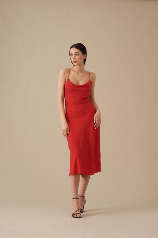 czerwona sukienka na wesele dopasowana do figury