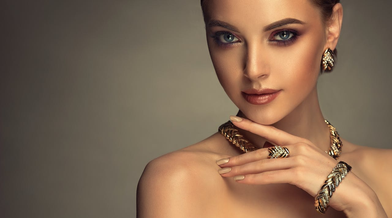 złota biżuteria do czerwonej sukienki