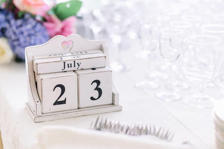 zaproszenia ślubne tekst data ślubu drewniane klocki