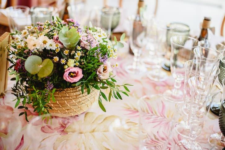 przyjęcie weselne dekoracja stołu kwiaty w koszyku