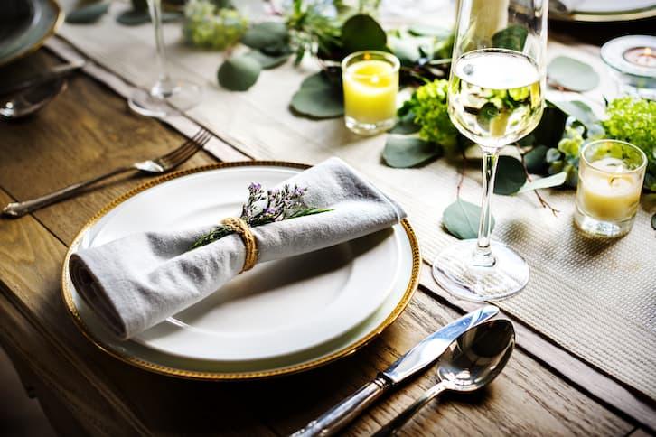 przyjęcie weselne nakrycie stołu w stylu rustykalnym złoto i lawenda
