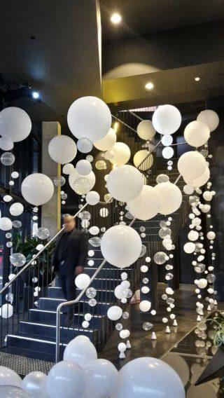 Dekoracje weselne i ślubne z białych balonów