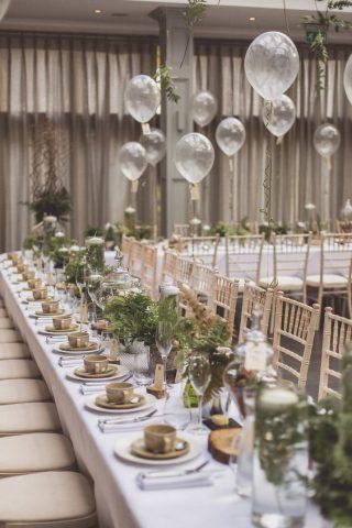 Balony nad stołami weselnymi