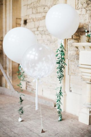 Białe balony z zielonym wykończeniem