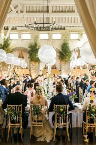Białe balony na weselu