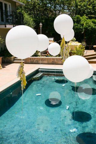 Białe balony ze złotymi nićmi