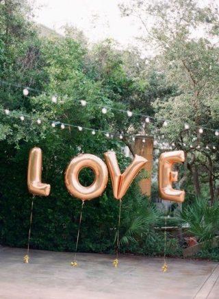 Dekoracje sali weselnej z balonów - napis LOVE