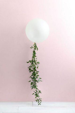Balon z roślinną wstęgą