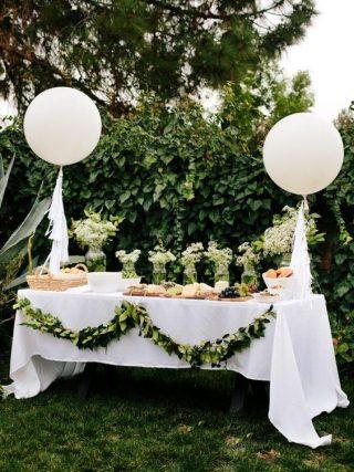 Białe balony ze złotymi nićmi - wesele plenerowe