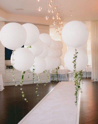 Latające balony na sali weselnej