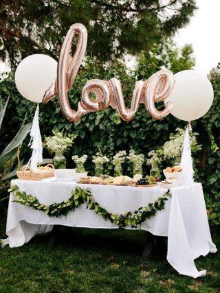 Dekoracje ślubne z balonów - napis LOVE