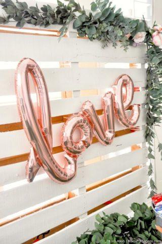Dekoracje weselne z balonów - napis LOVE