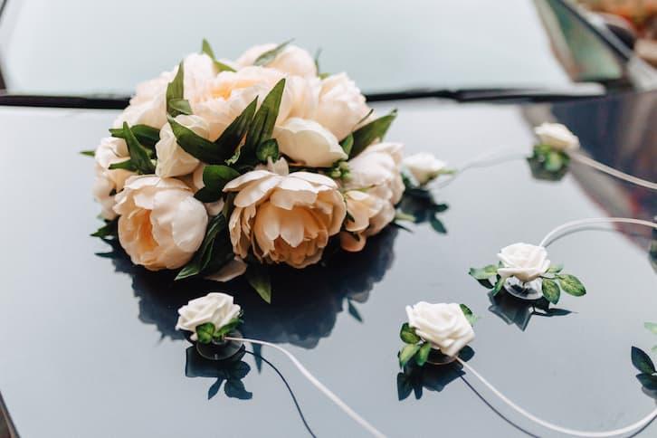 dekoracje samochodu do ślubu kwiaty