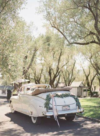 Dekoracje samochodu do ślubu- 35 pięknych inspiracji