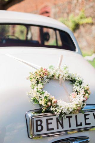 Minimalistyczna dekoracja samochodu do ślubu
