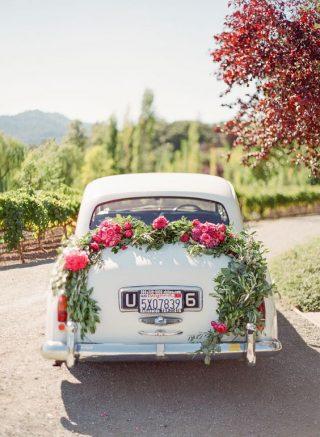 Dekoracja samochodu do ślubu różowymi kwiatami