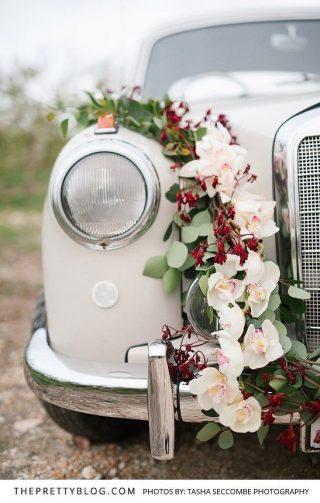 Dekoracja samochodu do ślubu z kolorowym kwiatów